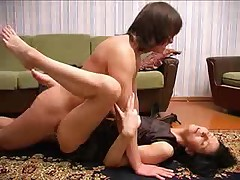 Прекрасная русская мамаша глотает сперму