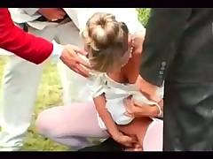 Невеста обслуживает всех гостей на свадебном банкете