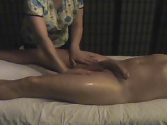 Drochit ruchkami i delaet massazh