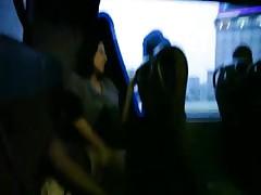 Девушка мастурбирует на заднес сиденье автобуса