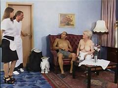 Pozhilaja nemeckaja shikarnaja babushka v mashine