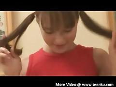 Девочка бреет