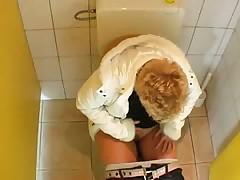 Старушку трахнули в туалете