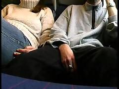 Сладкая девушка сосет в публичном вагоне