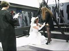Примеряет свадебное платье
